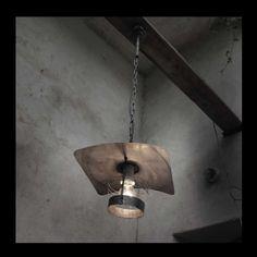 Lustr Lumen Industrial I. Lustr Lumen Industrial I. je vyroben ve stylu retoindustrial, je zhotoven z patinovaného pozinkovaného plechu, železných trubek, řetězu a keramické objímky, která vám umožní použít i silnější zdroj, jako např. halogenovou žárovku, které se běžně prodávají v hodnotách, u kterých jsme byli zvyklí u klasických žárovek (vím, že klasické ...