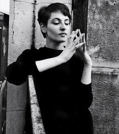 Barbara à ses débuts, chez elle, rue de Seine, à Paris, vers 1958