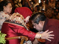 Sungkeman (Javanese; Indonesia) - An Javanese tradition for honouring their parents.