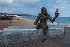 Estatua del mono del Anís del Mono en el Pont del Petroli de Badalona