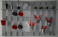 An old pallet fixed on the wall is all you need in your kitchen as a hanger. P… An old pallet fixed on the wall is all you need in your kitchen as a hanger. Practical and ornamental! 1001 Pallets, Recycled Pallets, Wooden Pallets, Recycled Wood, Pallet Benches, Pallet Couch, Pallet Tables, Pallet Patio, Pallet Bar