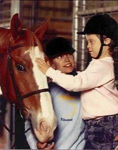 Che tenerezza questa bambina mentre accarezza il suo cavallo.