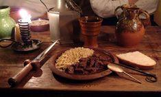 Au Moyen-Âge, on fonctionne selon un type de service appelé « à la française », dans lequel tous les plats sont apportés sur la table en même temps (par opposition au service « à la russe », dans lequel les plats sont présentés de manières successive sur la table).