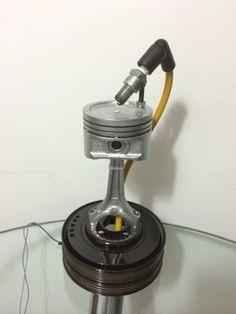 Luminária Modelo Pistão : Luminária construída com peças de motor e a luz embutida dentro de um pistão.