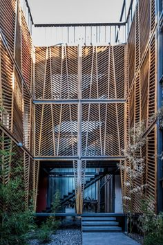 the access to the central courtyard of Corazón de Manzana where all the terraces from the apartments or studios overlook. RC structure of slabs, beams and columns with the guayubira wood envelope lining almost the entire facade on the three levels is the distinctive and authentic image of the place