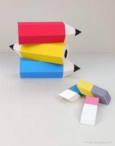 Cajitas en forma de lapiceros de colores y gomas de borrar.