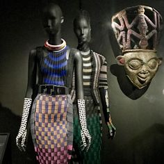 African Art revisited by John Galliano for Dior as seen in the magnificent Dior retrospective @lesartsdecoratifs . No excuse not to go as it will be on until January 2018. 💗💙💗 Dior and African Art are on the blog, check it out and sign up, why not? 😘