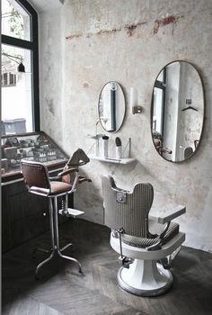 """Salon de coiffure """"Le discret"""" à Annecy - fauteuil barbier - miroir laiton - fauteuil coiffure enfant chiné"""