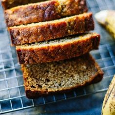 Fluffy, light and delicious . Here is a banana cake recipe with no added sugar or butter, ideal for young mothers in a hurry. Fluffy, light and delicious . Here is a banana cake recipe with no added sugar or butter, ideal for young mothers in a hurry. Quick Banana Bread, Banana Walnut Bread, Banana Dessert Recipes, Fruit Recipes, Easy Bread Recipes, Banana Bread Recipes, 3 Ingredient Banana Bread Recipe, Food Cakes, Butter