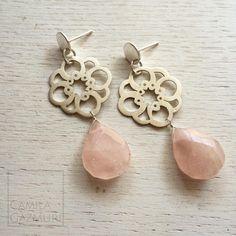 Aritos de plata 950 calados a mano con cuarzo rosa. Dimensiones: 5 x 2 cms. Peso total: 7.3 gr. Valor: $40.000