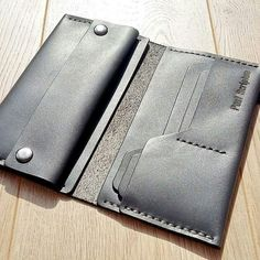 Leather Wallet Pattern, Handmade Leather Wallet, Leather Gifts, Leather Bifold Wallet, Leather Craft, Leather Purses, Wooden Bag, Leather Workshop, Tablecloth Fabric