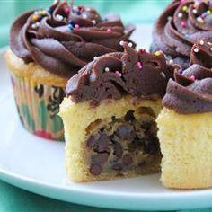 Cupcakes rellenos de galletas de chispas de chocolate @ allrecipes.com.mx
