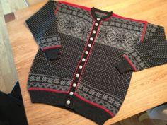 Herre kofte, strikket til Jonnis i 40 års gave i 2010 (den første ble forliten så jeg strikket en ny som ble ferdig i 2012). Mønster er og jeg har brukt Falk fra Dalegarn.