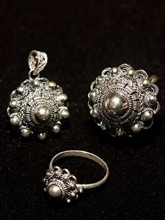 "Dutch silver jewelry from Zeeland, the Netherlands. It's called ""Zeeuws knoopje""ring heb ik ook gehad was zeer populair. Antique Jewelry, Vintage Jewelry, Visit Holland, Black Gold Jewelry, My Heritage, Fashion Earrings, Netherlands, Bling, Jewels"
