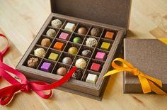 Toute nouvelle gamme de bonbons au chocolat ! Truffes au caramel coulant Pralines Doubles couches Chocolate Bonbon, Caramel, Calendar, Juliette, Sweets, Couches, Holiday Decor, Pastries, Home Decor