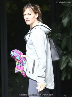 Jennifer Garner and her daughter Violet in Santa Monica http://www.icelebz.com/events/jennifer_garner_and_her_daughter_violet_in_santa_monica/photo2.html