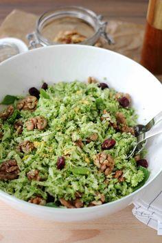 Brokkolisalat mit Nüssen und Cranberries