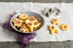 I biscotti salati sono realizzati pasta brisée e arricchiti con formaggi stagionati, una ricetta speciale per rendere unico il tuo aperitivo.