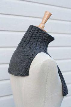 Tässäpä teille loistava talvivaruste, joka on jäänyt vähemmälle huomiolle tuubihuivien ja muhkeiden kaulaliinojen aikakaudella: lappukauluri. Suositeltava erityisesti lapsille ja talviurheilijoille, mutta myös muille pakkasilla ulkoilmasta nauttiville. Itselläni oli lappukauluri viimeksi lapsena, mutta viime talvena neuloin sellaisen hiihtoladuilla käytettäväksi. Kauluri on Sewing Clothes, Crochet Clothes, Diy Clothes, Knitting Stiches, Knitting Patterns, Sewing Patterns, Crochet Scarves, Crochet Hooks, Knit Crochet