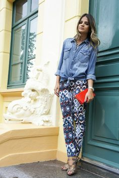 Love this denim shirt/printed pants combination. The shirt gives the pants a great casual spin, don't you think? Denim Street Style, Look Camisa Jeans, Look Fashion, Womens Fashion, Fashion Updates, Printed Pants, Look Chic, Dress Codes, Style Guides