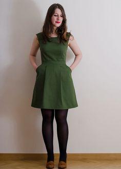 robe Belladone,      Tissu : 1m60 en 150cm de laize, ou 2m30 en 115cm     2m de biais assorti ou contrastant     Une fermeture éclair assortie de 40cm