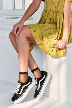 """Vans – Sneaker """"Old Skool"""" mit Plateausohle Vans Old Skool Outfit, Vans Old Skool Style, Vans Outfit Girls, Vans Shoes Old Skool, Vans Platform Sneakers, Platform Shoes, Women's Shoes, Shoes Sneakers, Vans Noir"""