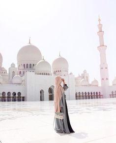 Pin by Rojê? on hijab is my style in 2019 Mode Abaya, Mode Hijab, Hijabi Girl, Girl Hijab, Dubai, Muslim Girls, Muslim Couples, Beautiful Hijab Girl, Niqab Fashion