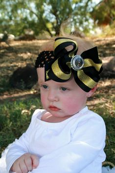 Hooah! Show off that army pride with this Army girl's hair bow or infant stretch headband from Beautiful Bows Boutique. Beautifully designed to perfection, it features a bl... #handmade #etsy #bighairbows #overthetop #boutique #babygirl #1stbirthday #babyclothes #hairbows #baby-flower-headbands #baby-girl-military #hairband #vintage-hairband ➡️…