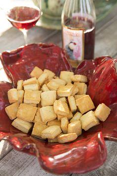 """Das """"paisagens"""" inglesas de Vanessa Chrystie surge a receita das bolachas de queijo herdada da mãe, e devidamente adaptada à paisagem portuguesa – em vez de queijo Cheddar, as bolachas levam queijo da Ilha. Uma bolacha simples mas perfeita para o vinho da Quinta do Perdigão, onde mora. Um bom casamento, segundo Vanessa, que deve ser partilhado com quem chega para provar o vinho."""
