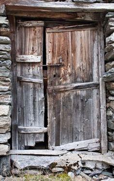 Antigua puerta hecha de madera, en el Parque del Gran Paradiso, Italia  Foto de archivo