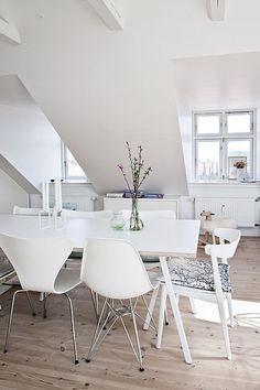 This beautiful home in Copenhagen, Denmark, is featured in the April issue of Bolig Magasinet. I love the light and white clean look combined with some colorful accessories.