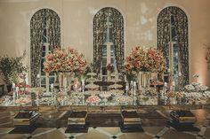Decoração criada por Cris Magalhães. O casamento de Lívia e Isaac, publicado no Euamocasamento.com. As fotos são de Renata Xavier. #euamocasamento #NoivasRio #Casabemcomvocê