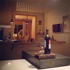 Доброго вечера. Радуйтесь каждому дню. Кстати-дизайн барной стойки из каменного шпона и ещё она передвижная.#design#17komnat #dekorasyon #wooddesign#konovalovaNatalia#дизайнинерьера#dekoration#decor #interiordesign