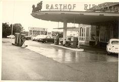 Rasthof Rauchfuß - Bild des Freiburger Rasthof Rauchfuß. Dieser stand an der Basler Str. an der Stelle des heutigen Aldi/Mc Donalds Areal. Die Blickrichtung ist zur Feldbergstr. Die Firma Rauchfuß war ein Reise- und Busunternehmen die auf ihrem Gelände auch eine Tankstelle, eine Wirtschaft und ganz früher auch ein Hotel hatte. Die Aufnahme stammt etwa aus Mitte der 1970er Jahre. Aus Privatsammlung.   /*  */