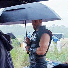 Thor / Chris Hemsworth gif with umbrella Marvel Dc Comics, Marvel Avengers, Marvel Fanart, Memes Marvel, Dc Memes, Avengers Memes, Marvel Actors, Marvel Funny, Marvel Movies