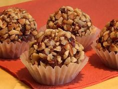 Make simple chocolates yourself- einfache Pralinen selber machen Make simple chocolates yourself - Sweets Recipes, Candy Recipes, No Bake Desserts, Praline Chocolate, Sweet Cooking, Ice Cream Candy, Chocolate Muffins, No Bake Cake, Love Food