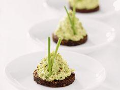 Leichtes Pumpernickel mit Avocadoaufstrich Rezept | EAT SMARTER