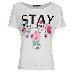 T-shirt à manches courtes et col rond avec sérigraphie STAY et imprimé fleuri. Coupe large et droite.
