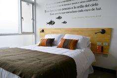 Respaldo cama, veladores hechos del mismo tablero,Hotel Verso, Cerro Florida, Valparaiso, Chile