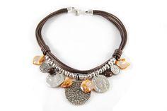 Collar de varias vueltas de cordón color marrón, colgante central de strass, monedas, resinas y nácar.