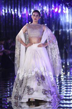 Glam-Chic Manish Malhotra Braut-Kollektion bei 2017 India Couture Week Fashion Show , , Sammlung, Pakistani Bridal, Indian Bridal, Indian Dresses, Indian Outfits, Manish Malhotra Bridal, Mode Bollywood, Lehnga Dress, Lehenga Skirt, Lehenga Blouse