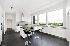 I love  this color combination in this kitchen. visit svenskfast.se