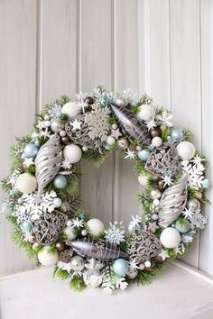 Wreaths are a classic Christmas tradition and they're great fun to make! Here's a list of over 80 beautiful Christmas ideas. Blue Christmas, Beautiful Christmas, Winter Christmas, Christmas Time, Christmas Crafts, Christmas Ideas, Frozen Christmas, Artificial Christmas Wreaths, Xmas Wreaths