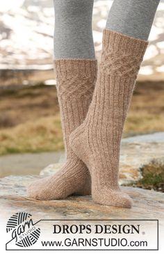 """DROPS sokker med fletter og vrangbord i """"Alpaca"""". ~ DROPS Design"""