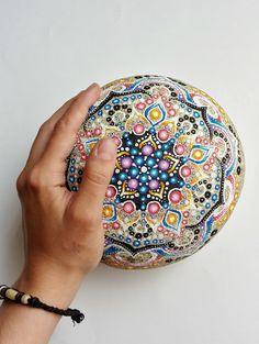 Grand galet peint motif mandala tons bleu, jaune, rose et violet