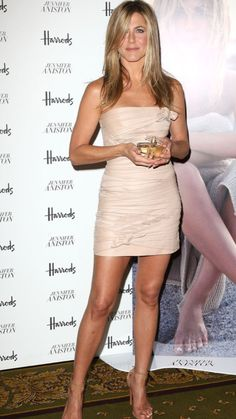 Jennifer Aniston: Debut Fragrance Launch in London!: Photo Jennifer Aniston is all smiles in Valentino as she debuts her first fragrance at Harrods on Tuesday (July in London, England. The actress posed… Jennifer Aniston Style, Jennifer Aniston Pictures, Jennifer Lopez, Rachel Green, Jennifer Aniston Wallpaper, Jeniffer Aniston, John Aniston, Non Plus Ultra, World Most Beautiful Woman