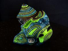 210.Sculpture, pierre peinte à l'acrylique dans des tons bleu, noir, vert pomme, blanc