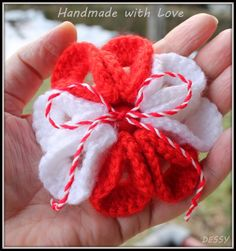 Crochet flower broochs(Martenitsa) - Crochet creation by Dessy 8 Martie, Flower Brooch, Crochet Flowers, Chocolates, Raspberry, Projects To Try, How To Make, Crafts, Manualidades