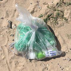 Aquele que junta o lixo num saco e o deita para o chão... --- The one that collects the litter into a bag and throw it on the floor... 🌍 #mintbeachmovement #mintbeach #itsnotok #saveouroceans #sustainability #sustentabilidade #microcleanup #take3forthesea #justgrabbits #cleanseas #2minutebeachclean #beachclean #beachcleanup #beachcleanportugal #beach #praia #costadacaparica #praialimpa #zerolixo #portugal