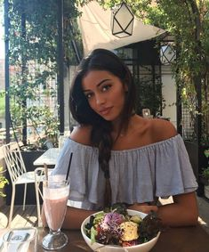 """Quote of the day, goes to model Cindy Wolfie (aka Cindy Kimberly) """"*poses w my salad* *gets 3 desserts* Her blue, off-shoulder blouse, is gorgeous! Pretty People, Beautiful People, Beautiful Women, Gina Lorena, Look Boho, Insta Photo Ideas, How To Pose, Girl Crushes, Photography Poses"""